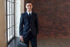 Portret patrzeje kamerę biznesmen, młody pomyślny męski przedsiębiorca w kostiumu Zdjęcie Stock