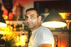 Portret patrzeje kamera wśrodku kawiarnia baru przystojny mężczyzna Fotografia Royalty Free