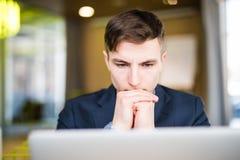 Portret patrzeje laptop poważny mężczyzna Obrazy Stock