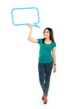 Portret pełnego długości młodej dziewczyny mienia teksta pusty bąbel wewnątrz Obrazy Royalty Free