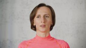 Portret peinzende vrouw die over iets denken die aan camera op witte achtergrond kijken Gezichts aangenaam vrouw het neigen hoofd stock videobeelden