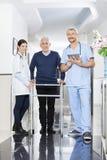 Portret Physiotherapists I Starszy pacjent W Rehab centrum Fotografia Stock