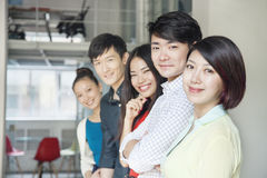Portret Pięć ludzi biznesu w Kreatywnie biurze Fotografia Stock