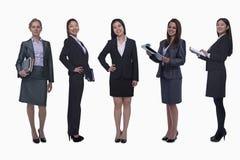 Portret pięć młodych uśmiechniętych bizneswomanów, patrzeje kamerę, studio strzał Zdjęcia Royalty Free