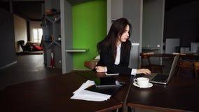 Portret piękna żeńska sekretarka która pozuje daleko od i patrzeje zdjęcia stock