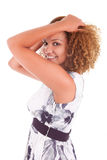 Portret piękna amerykanin afrykańskiego pochodzenia kobieta dotyka jej kędzior Zdjęcia Stock