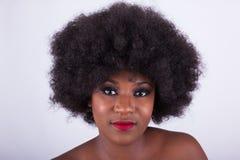 Portret piękna amerykanin afrykańskiego pochodzenia kobieta z afro włosy Obrazy Royalty Free