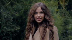 Portret piękna atrakcyjna dziewczyna na naturze