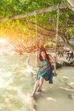 Portret piękna Azja kobieta jest ubranym długą suknię na plaży Obraz Stock