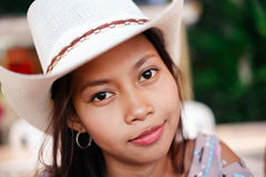 Portret piękna Azjatycka dziewczyna chłodzi out podczas nocy na plaży z białym kapeluszem Zdjęcie Stock