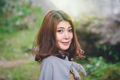 Portret piękna Azjatycka kobieta cieszy się naturalny plenerowego przy pierwszymi planami Obraz Stock
