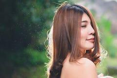 Portret piękna Azjatycka kobieta cieszy się naturalny plenerowego przy pierwszymi planami Zdjęcie Stock