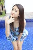 Portret piękna azjatykcia dziewczyna przy pływackim basenem fotografia stock