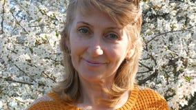 Portret piękna błękitnooka wiek średni kobieta woń który oddycha szczęśliwie patrzejący kamerę, ono uśmiecha się, zbiory wideo