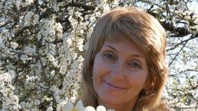 Portret piękna błękitnooka wiek średni kobieta woń który oddycha szczęśliwie patrzejący kamerę, ono uśmiecha się, zdjęcie wideo