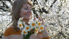 Portret piękna błękitnooka wiek średni kobieta woń który oddycha szczęśliwie patrzejący kamerę, ono uśmiecha się, zbiory