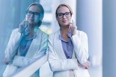 Portret pi?kna biznesowa kobieta opowiada na smartphone plenerowym obrazy royalty free