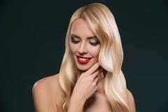 portret piękna blondynka włosy dziewczyna z makeup fotografia royalty free