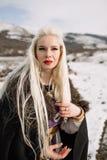 Portret piękna blondynka w czarnym przylądku, Viking Fotografia Royalty Free