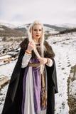 Portret piękna blondynka w czarnym przylądku, Viking Zdjęcie Royalty Free