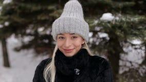 Portret piękna blondynka w zimie outdoors zdjęcie wideo