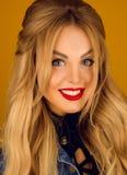 Portret piękna blondynka z długie włosy Fotografia Royalty Free