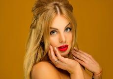 Portret piękna blondynka z długie włosy na prof i z Obrazy Stock