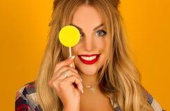 Portret piękna blondynka z lizakiem w ręk pozować Zdjęcia Stock