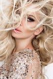 Portret piękna blondynka z zadziwiać oczy, zwarty długi h Obraz Stock