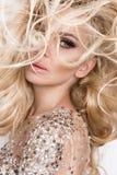 Portret piękna blondynka z zadziwiać oczy zwarty długie włosy z głównymi atrakcjami, zielony sensualny, oczy, i doskonalić twarz Fotografia Royalty Free