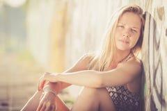 Portret piękna blondynki dziewczyna blisko ściany obrazy royalty free