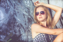 Portret piękna blondynki dziewczyna blisko ściany Obraz Stock