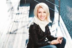 Portret piękna blondynki dziewczyna jest ubranym czarną kurtkę Obrazy Royalty Free
