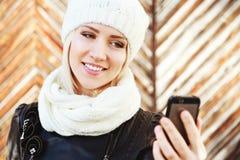 Portret piękna blondynki dziewczyna jest ubranym czarną kurtkę Zdjęcie Royalty Free