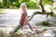 Portret piękna blondynki dziewczyna outside, styl życia Obraz Royalty Free
