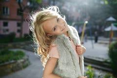 Portret piękna blondynki dziewczyna outside, styl życia Zdjęcie Stock