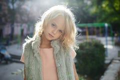 Portret piękna blondynki dziewczyna outside, styl życia Zdjęcia Royalty Free