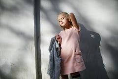 Portret piękna blondynki dziewczyna outside, styl życia Zdjęcie Royalty Free