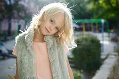 Portret piękna blondynki dziewczyna outside, styl życia Fotografia Royalty Free