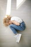 Portret piękna blondynki dziewczyna w depresji, styl życia Zdjęcie Stock