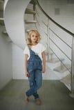 Portret piękna blondynki dziewczyna w domu, styl życia Zdjęcia Royalty Free