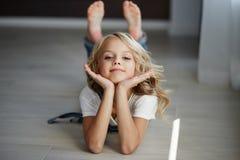 Portret piękna blondynki dziewczyna w domu, styl życia Obrazy Royalty Free