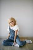Portret piękna blondynki dziewczyna w domu, styl życia Zdjęcie Royalty Free