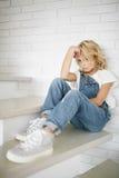 Portret piękna blondynki dziewczyna w domu, styl życia Zdjęcie Stock