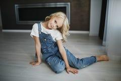 Portret piękna blondynki dziewczyna w domu, styl życia Fotografia Royalty Free