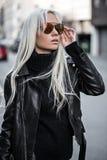 Portret piękna blondynki dziewczyna w okularach przeciwsłonecznych outdoors Zdjęcia Stock