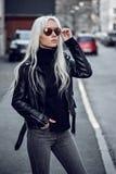 Portret piękna blondynki dziewczyna w okulary przeciwsłoneczni outdside Fotografia Royalty Free