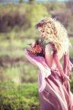 Portret piękna blondynki dziewczyna w różowej sukni Zdjęcia Royalty Free
