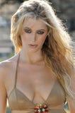 Portret piękna blondynki dziewczyna z upaćkanym włosy Zdjęcie Royalty Free