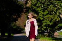 Portret piękna blondynki kobieta przy wietrznym jesień dniem zdjęcie stock